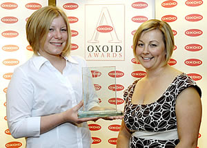 Jessica Roberts (left), laboratory manager for Tegel Foods Ltd, Christchurch, New Zealand received the 2006/2007 Oxoid Young Microbiologist of the Year Award from Ali Ball (right), Vice President Marketing and New Product Development, Oxoid
